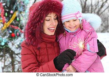 mutter, und, sie, töchterchen, tragen, winterjacke, gleichfalls, schauen, zu, bengal, light., christmass, drei, in, heraus, von, fokus.