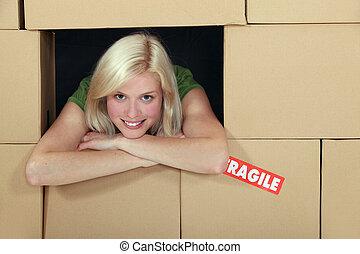 muur, dozen, vrouw, omringde, pakking