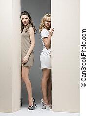 muur, theirselves, achter, aantrekkelijk, vrouwen, het ...