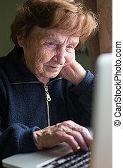muy, mujer anciana, usar la computadora portátil, computadora, en, home.