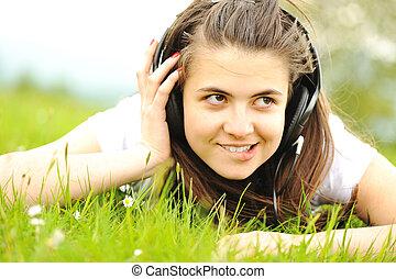 muziek, meisje, gras, het leggen, het luisteren