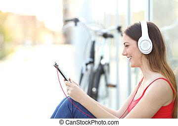 muzyka, kobieta, park, słuchający, tabliczka
