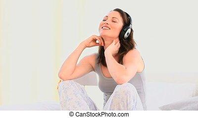 muzyka, kobieta uśmiechnięta, słuchający