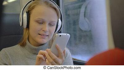muzyka, kobieta, wiadomości, słuchający, pisanie
