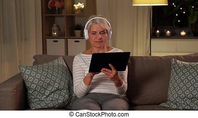 muzyka, senior, słuchający, kobieta, słuchawki