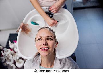 myć, jej, fryzjer, amant, włosy, unrecognizable,...