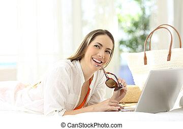 myślenie, laptop, kobieta, spędza urlop