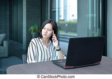 myślenie, przód, akcentowany, kobieta, laptop, handlowy, telefonowanie, przypadkowy, asian