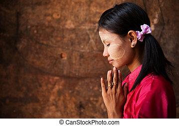 myanmar, niña, en, un, rezando, pose.
