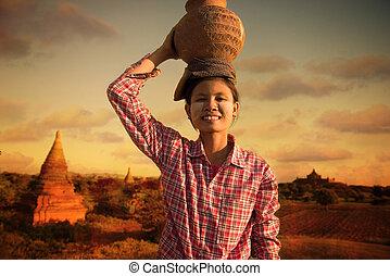 myanmar, pots, dos, bagan, traditionnel, porter, asiatique, paysan, maison, récolte, heureux