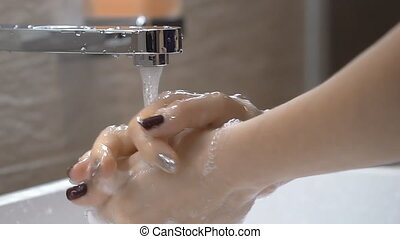 myjnia, mydło, od, myć, jej, woda, tap., motion., pod, bathroom., potok, powolny, kobieta, siła robocza