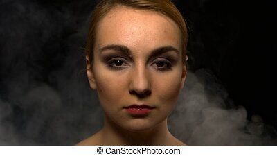 mystérieux, femme, brouillard