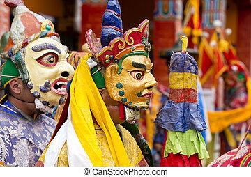 mystique, mystère, lamas, nord, danse, danse, habillé, bouddhiste, masque, tsam, ladakh, festival, gompa, temps, yuru, inde, kabgyat, lamayuru
