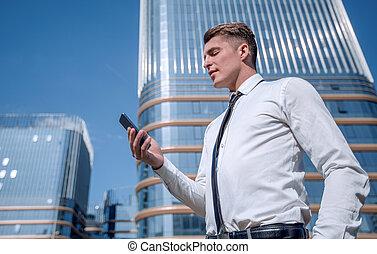 nära, sms, uppe., man, smartphone., hans, läsning, affär
