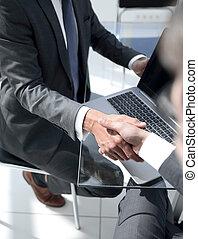 nära, up.handshake, affärsfolk, in, den, bank, kontor