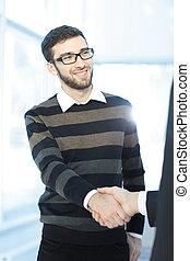 nära, up.modern, ung man, hand skälv, med, den, manager.