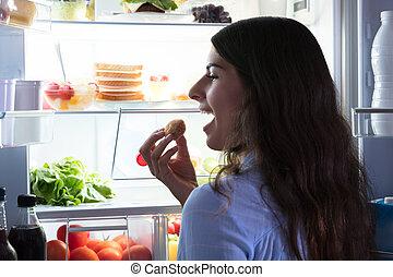 närbild, av, a, kvinna ätande, kaka