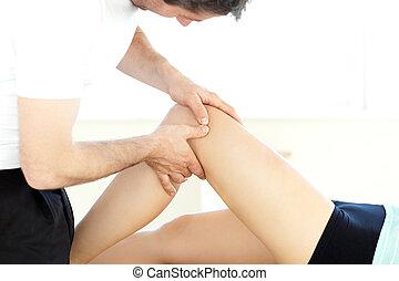 närbild, av, a, manlig, fysioterapeut, ge sig, a, ben,...