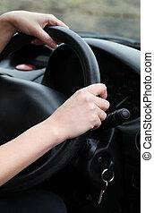 närbild, av, a, ung, kvinnlig, chaufför, hjulet