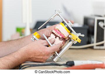 närbild, av, dental, technician's, räcker, arbete, med, articulator, in, dental, laboratorium