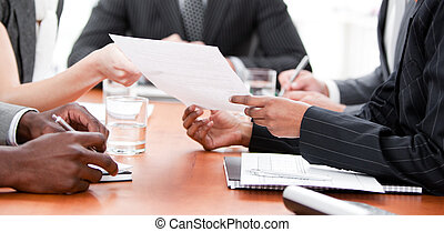 närbild, av, multi-ethnic, affärsfolk, in, a, möte