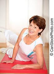 närbild, av, senior woman, gör, sträckande, träningen