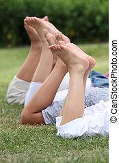 närbild, av, tre, folks, ben, i park