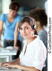 närbild, av, ung kvinna, med, hörlurar