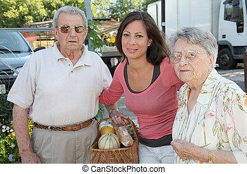 närbild, av, ung kvinna, med, par, av, äldre, personerna
