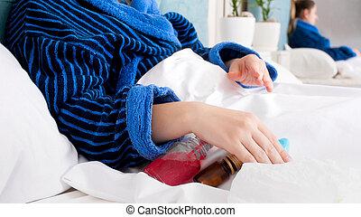 närbild, avbild, av, sjuk kvinna, med, influensa, lägga in blomsterbädd, med, lott, av, läkemedel, och, duscharna