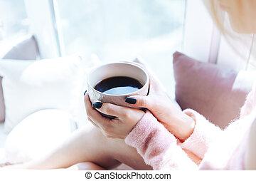 närbild, coffee., kopp, kvinna lämnar, hålla