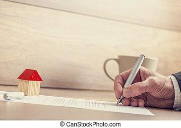 närbild, eller, inteckna, hus, försäkring, manlig, försäljning, avtal, papper, dokument, signera lämna
