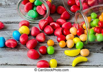 närbild, f, röda och gula, candies, strödd, från, krukor