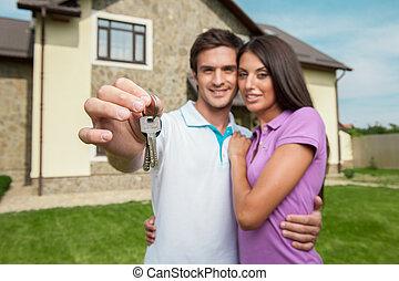 närbild, holdingen, par, hus, färsk, dörr, visande, stämm, mannens, keys., hand, front hemma