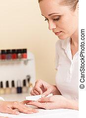 närbild, kvinna sitta, fingernagel, filning, salon, hand, se, fingrar, manucurist, kosmetolog, kurort, salon., kvinnor