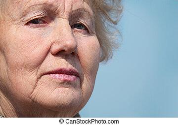 närbild, stående, av, äldre kvinna
