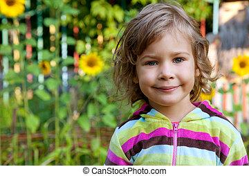 närbild, stående, av, ung flicka, utomhus, med, solrosor