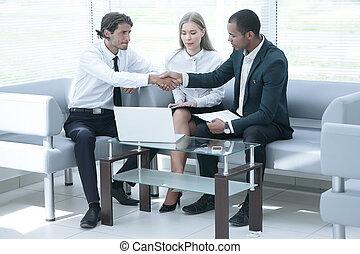 närbild, .the, chef, bekräftar, den, transaktion, med, den, client.