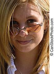 nätt, blond, med, solglasögon