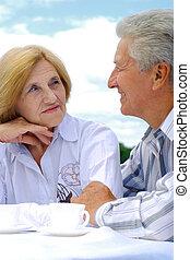 nätt, caucasian, elderly kopplar ihop