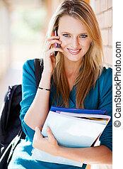 nätt, kvinnlig, universitet studerande, talande, på, mobiltelefon