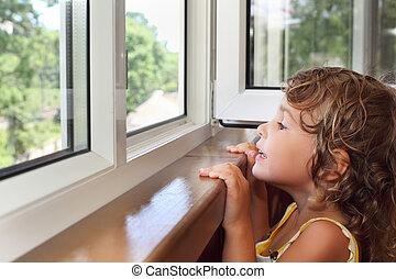 nätt, leende liten flicka, på, balkong, titta, från, fönster
