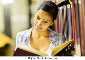 nätt, ung, uni, studerande läsa, in, bibliotek