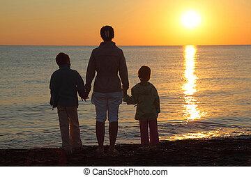 néz, anya, két, személy, napnyugta, áll, tenger, kézbesít,...