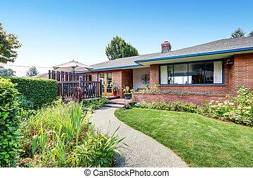 nível, casa, um, exterior, tijolo, rambler, vermelho