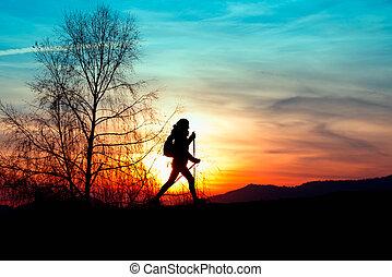 nórdico, ambulante, en las montañas, en, ocaso