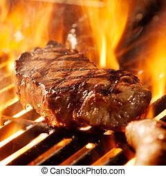 nötkött stek, på, den, grill, med, flames.