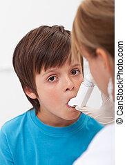 nødsituation, assistancen, by, en, barn, hos, åndedræts, problemer