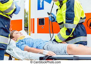 nødsituation, doktorer, lægge, beskadiget, dreng, ind, ambulance