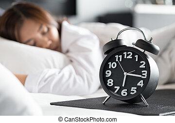nő, óra, ijedtség, feláll, ágy, alvás, ébred, ázsiai